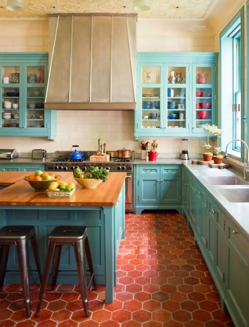 Farbenfroh Blau passt zum traditionellen Küchendesign