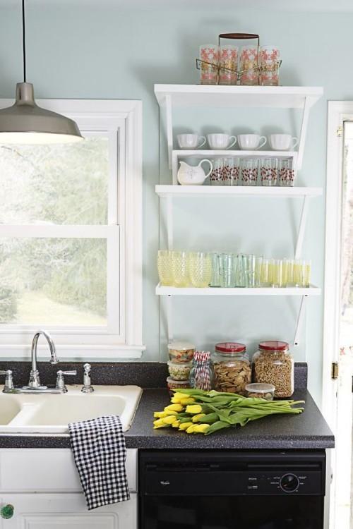 Farbenfroh Küche im Landhausstil hellblaue Wände offenes regal gelbe Tulpen