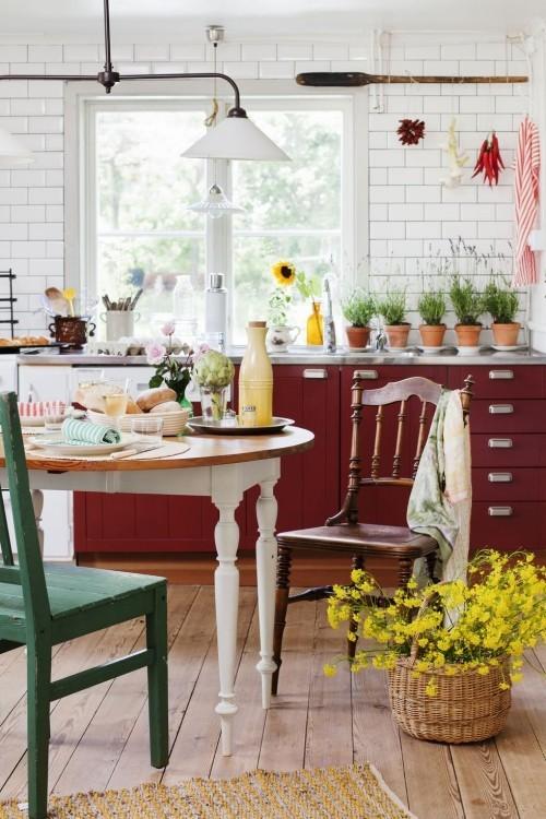 Farbenfroh schöne kräftige Farben dunkelrote Schränke Korb mit gelben Waldblumen