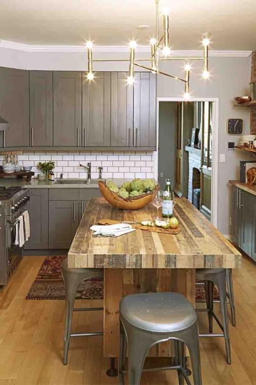 Farbenfroh und ansprechend dunkelgrau Küchenschränke weiße Metro-Fliesen Holztisch