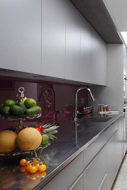 Farbenfroh und ansprechend moderne Küche in Pflaumenblau bunte Akzente im Vordergrund