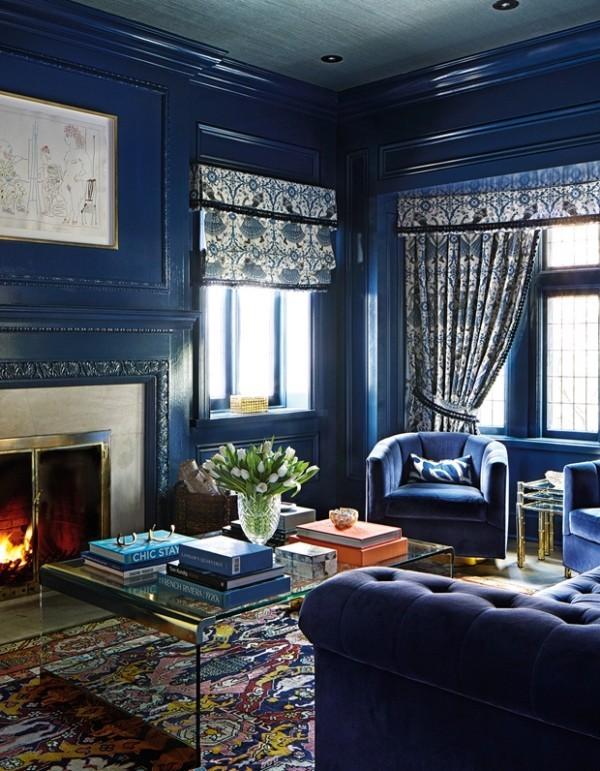 Gemütlichkeit pur im Wohnzimmer im Marineblau