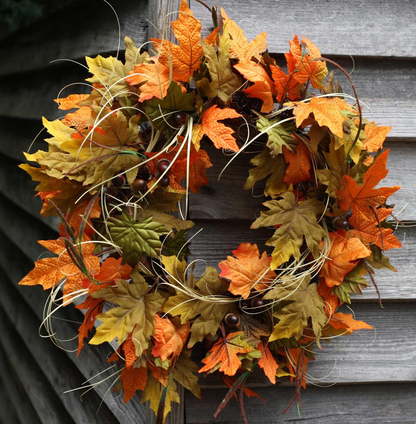 Herbstkränze aus wundervollen Herbstblättern