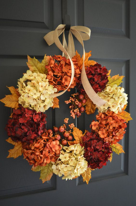 Herbstkränze mit prachtvollen Blüten