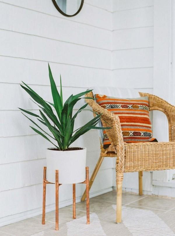 Ideen für Zimmerpflanzen-Deko Yucca im weißen runden Topf neben Sessel