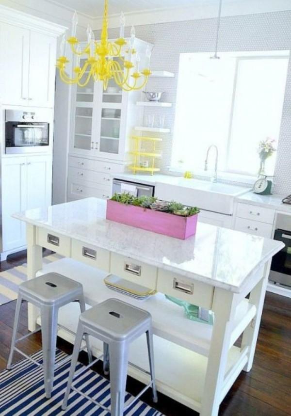 Küchendesign Ideen Blumenkasten in Violett mitte auf der Kücheninsel gelbe Hängeleuchte
