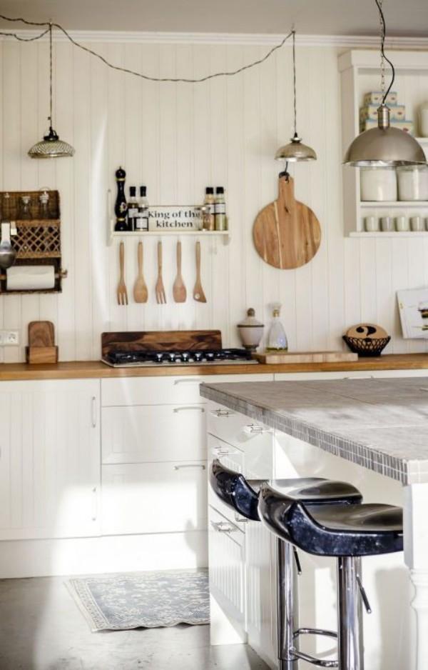 Küchendesign Ideen Weiß und Holz offene Regale hängende Utensilien Hocker