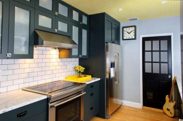 Küchendesign Ideen gelber Farbakzent Blumen durchbricht die Zweifarbigkeit