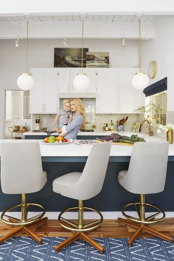 Küchendesign Ideen moderne Küche in Weiß und Dunkelblau schicke Einrichtung Sesselstühle vorne