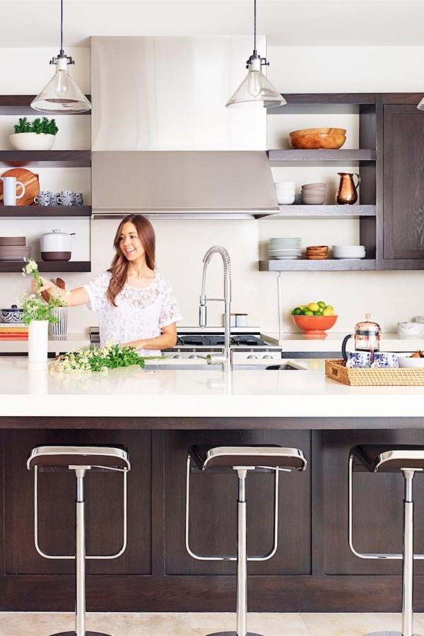 Küchendesign Ideen moderne Küche viel Arbeitsplatz Hocker vorne