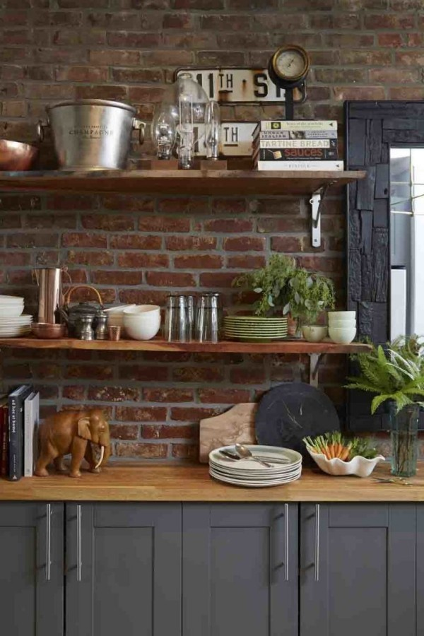 Küchendesign Ideen offenes Regal Küchenutensilien Deko Artikel Steinwand