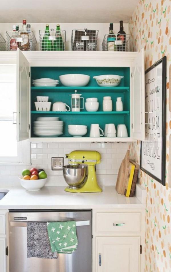 Küchendesign Ideen offenes Regal weiß mit smaragdgrünem Hintergrund