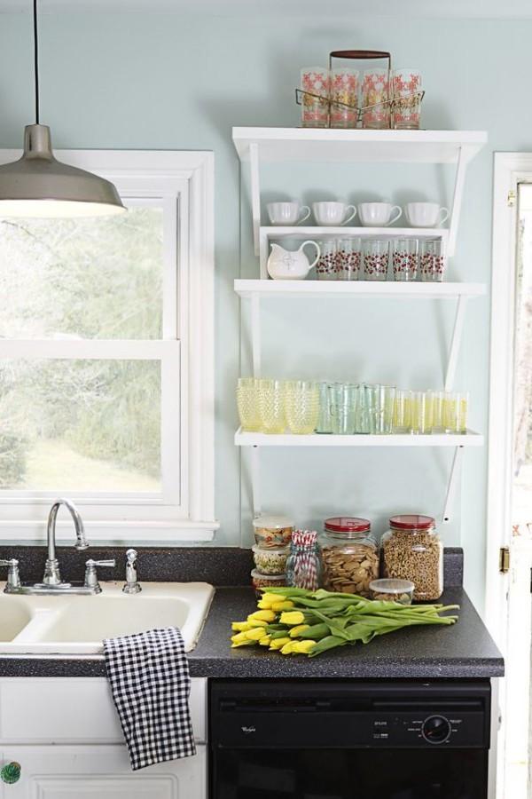 Küchendesign Ideen vertikale Wandfläche nutzen offenes Regal für Küchenutensilien