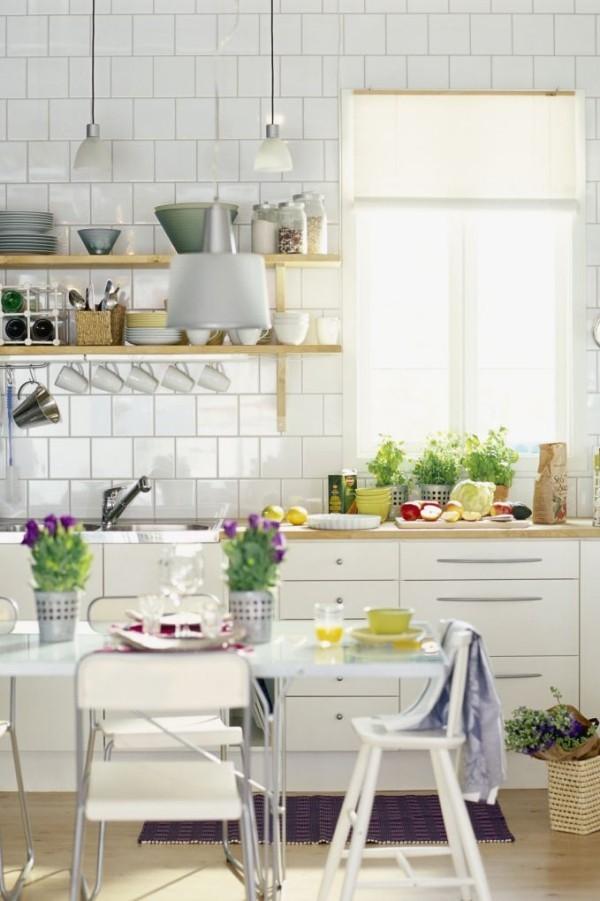 Küchendesign Ideen weiße Küche geflieste Arbeitsplatten viel Tageslicht Blumen