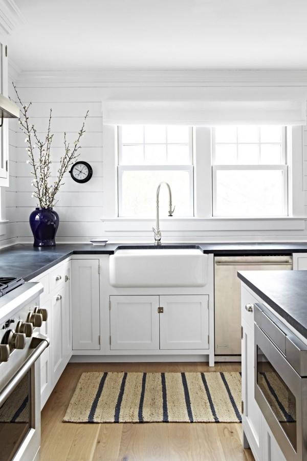 Küchendesign Ideen weiße geräumige Küche viel Tageslicht dunkelblaue Vase Teppich