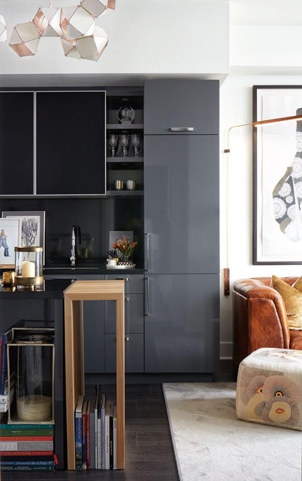 Küchendesign in dunklen Farben Bücherregal aus Holz