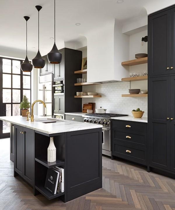 Küchendesign in dunklen Farben Kücheninsel Marmor Platte weiße Metro Fliesen