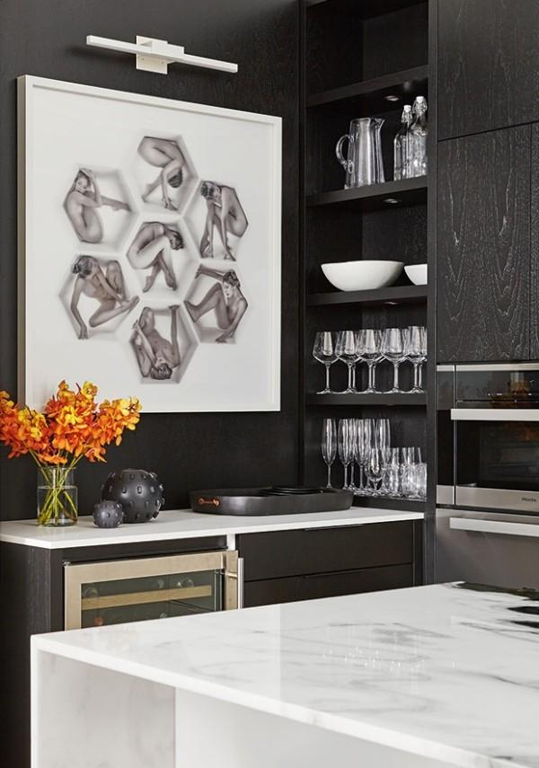Küchendesign in dunklen Farben Küchenschränke in Anthrazitgrau hellgrauer Marmor Kücheninsel