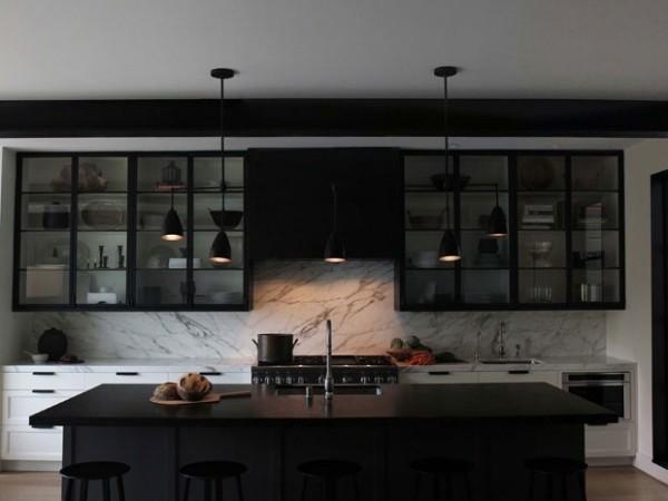 Küchendesign in dunklen Farben dezente Beleuchtung Hängelampen