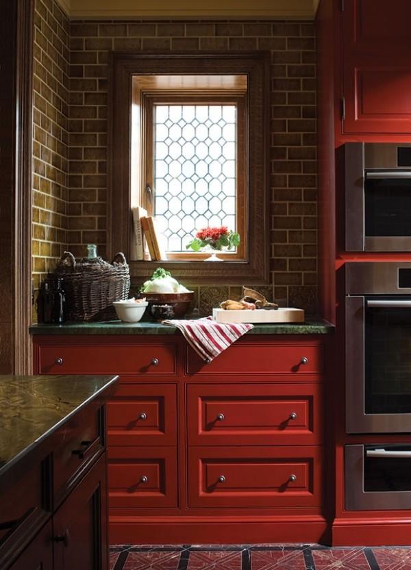 Küchendesign in dunklen Farben gebrannte Terrakottafarbe toller Blickfang dramatischer Look