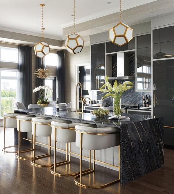 Küchendesign in dunklen Farben grauer Marmor schöne Maserung breiter Einsatz