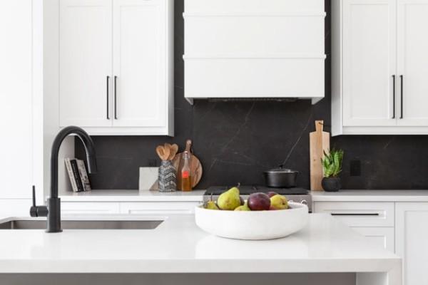 Küchendesign in dunklen Farben klassisches Weiß nur schwarze Küchenrückwand