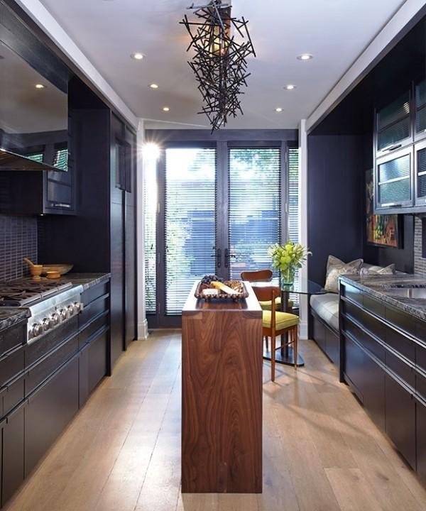 Küchendesign in dunklen Farben moderne Raumgestaltung viel natürliches Licht