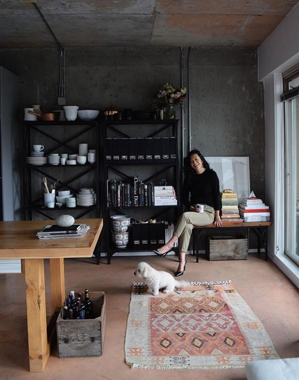 Küchendesign in dunklen Farben offene Regale in Industrial Style für Küchengeschirr und Kochbücher