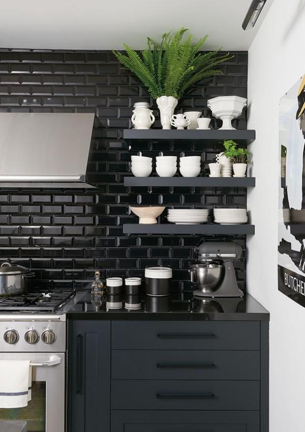 Küchendesign in dunklen Farben schwarze Metro-Fliesen offene Regal