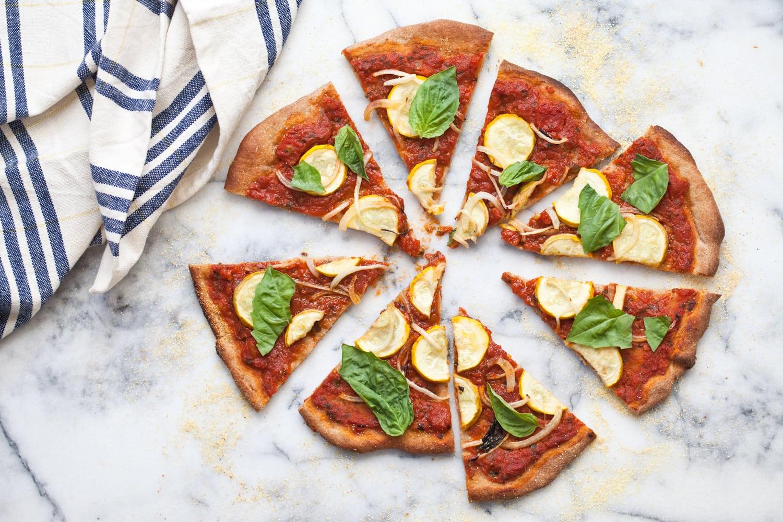 Pizza mit Käse und Salat Dinkelbrot