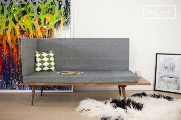 Sofa mit integriertem Tisch graue Polsterung Gestell aus Holz Deko Kissen