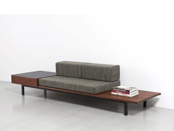 Sofa mit integriertem Tisch simples Design Gestell aus Holz zwei Ablagen Bücher