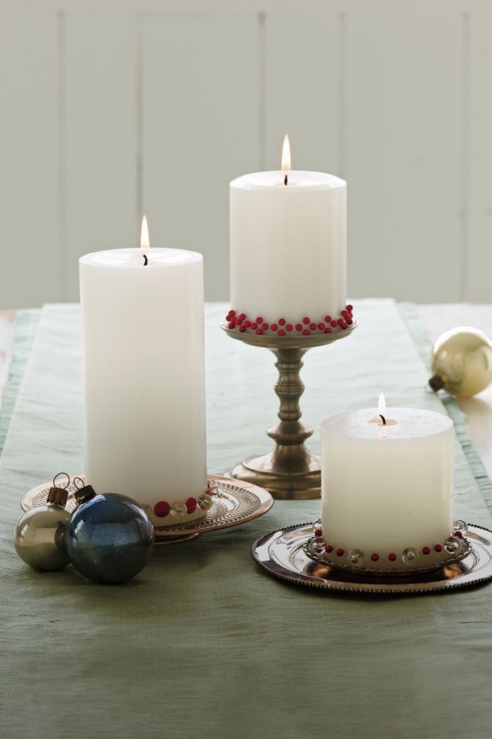 Stumpfenkerzen dekoriert zu Weihnachten