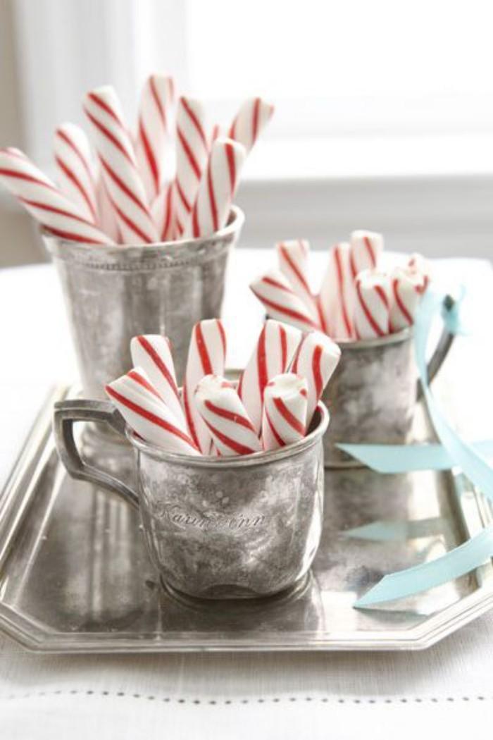 Tischdeko Ideen zu Weihnachten Pfefferminzstangen rot-weiß in silbernen Metallgefäßen arrangiert
