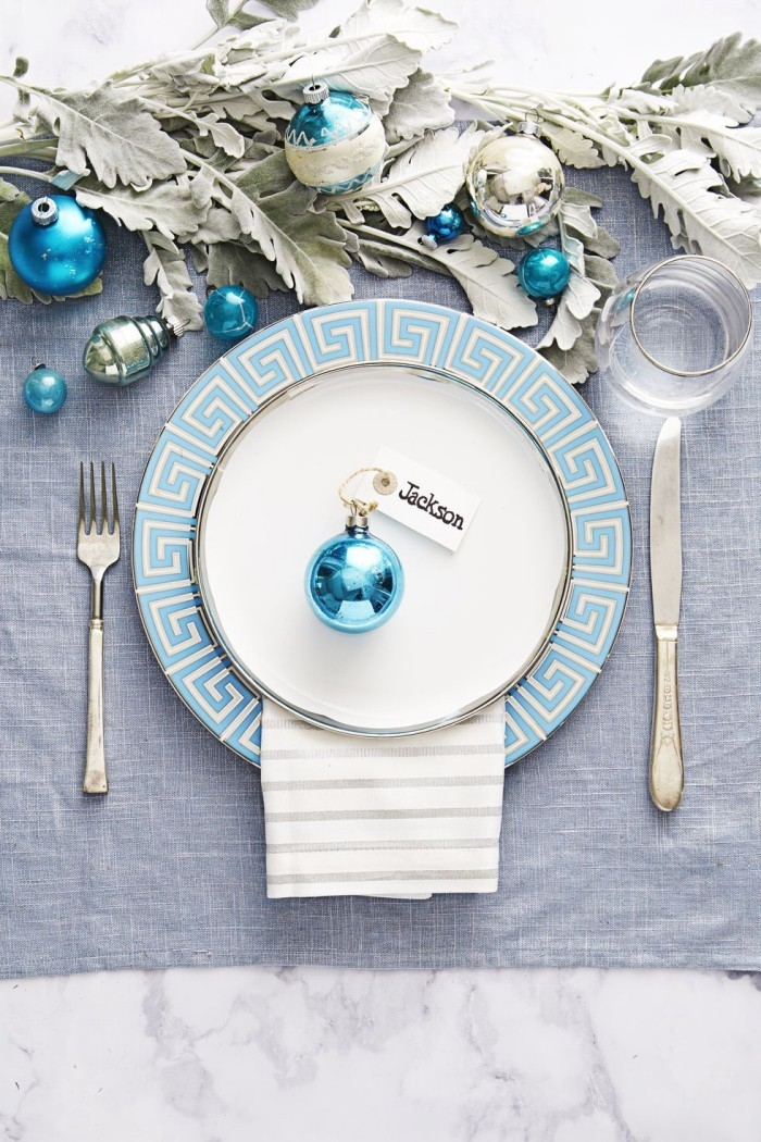 Tischdeko Ideen zu Weihnachten Tischarrangement in Silber und eisigem Blau Christbaumkugel