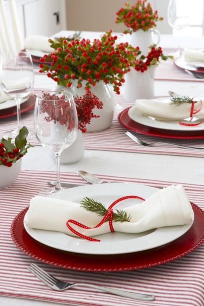Tischdeko Ideen zu Weihnachten Tischschmuck in den klassischen Farben Rot Weiß Grün