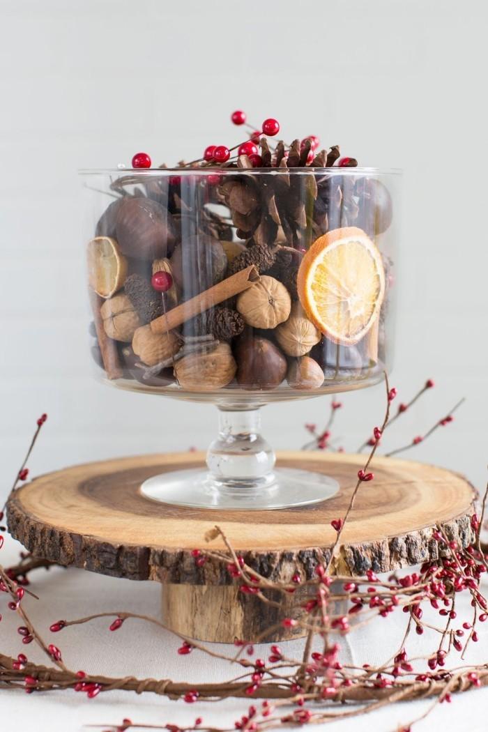 Tischdeko Ideen zu Weihnachten echter Hingucker Schüssel Nüsse Zimtstangen getrocknete Orangenscheiben Duft verbreiten