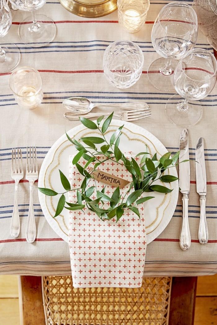 Tischdeko Ideen zu Weihnachten ganz schlicht nur mit grünem Zweig leicht nachzumachen