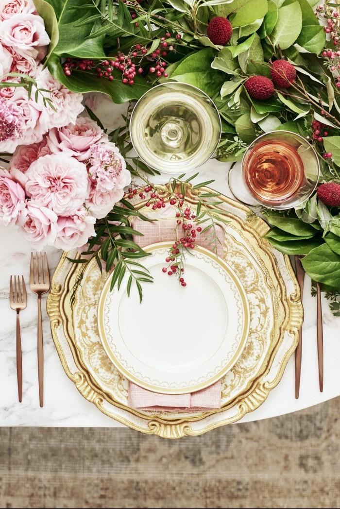 Tischdeko Ideen zu Weihnachten glänzendes Geschirr schöne Blumen tolles Deko Arrangement