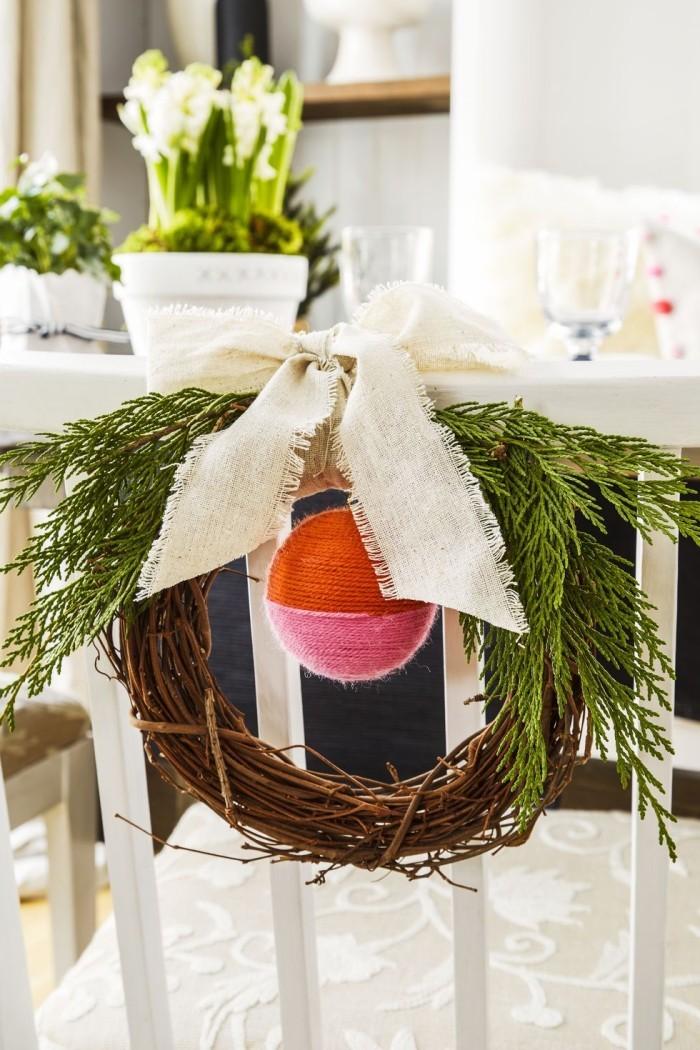 Tischdeko Ideen zu Weihnachten grüner Kranz große Schleife Kugel Deko für den Stuhlrücken