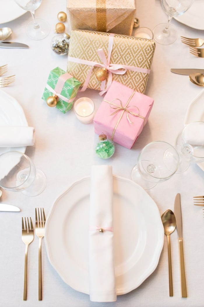 Tischdeko Ideen zu Weihnachten kleine Geschenke auf dem Tisch stapeln