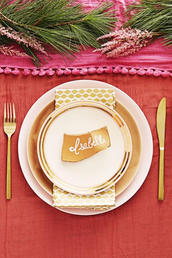 Tischdeko Ideen zu Weihnachten rosarot goldene Akzente schönes Arrangement