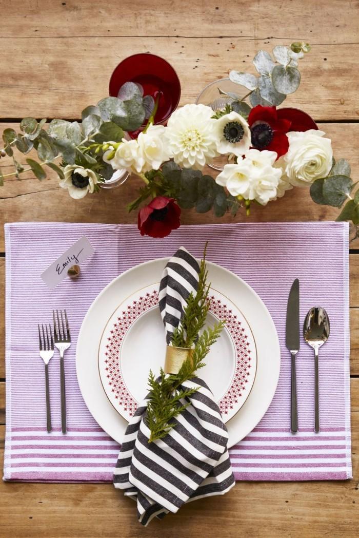 Tischdeko Ideen zu Weihnachten rustikaler Tisch Serviette gestreifter Stoff helllila schönes Geschirr Blumen