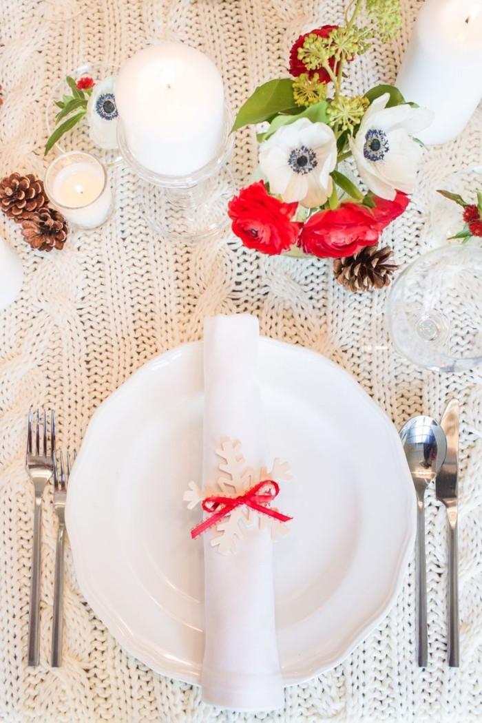 Tischdeko Ideen zu Weihnachten schöne gestrickte Tischdecke in Weiß Serviette mit roter Schleife