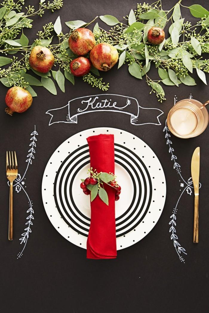 Tischdeko Ideen zu Weihnachten schwarze Tafel darauf mit Kreide zeichnen sie verzieren rote Serviette