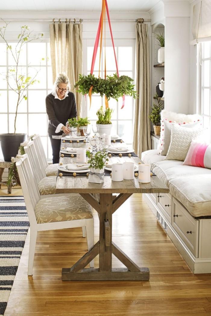 Tischdeko Ideen zu Weihnachten viel Grün hängender Kranz direkt über dem Festtisch