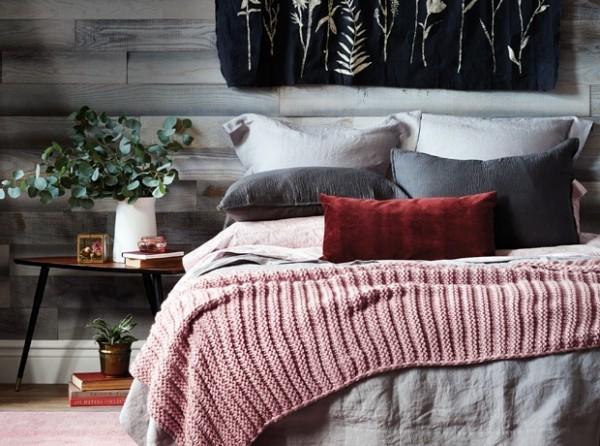 Trendfarben 2018 Schlafzimmer weinrotes Deko Kissen leuchtend schön Kombination mit Grau und Rosa