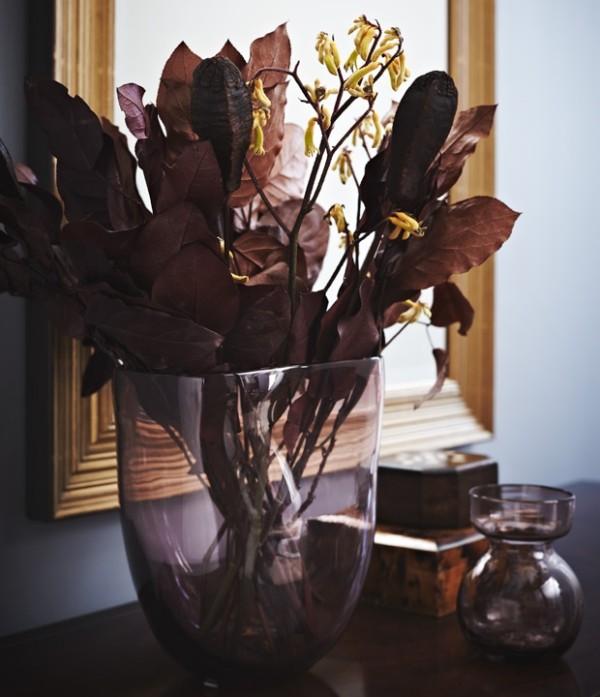 Trendfarben 2018 Vase mit dunkelvioletten Laubblättern Glühwein-Effekt verstärken