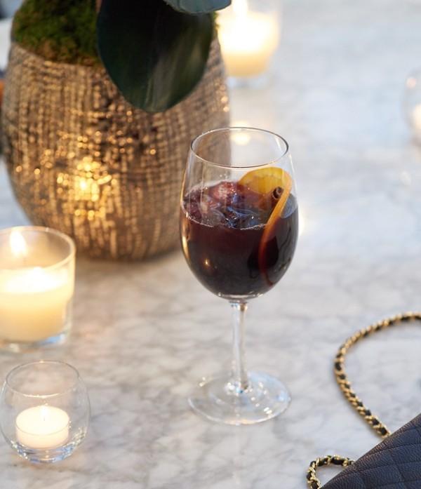 Trendfarben 2018 ein Glas Glühwein Weihnachtszeit