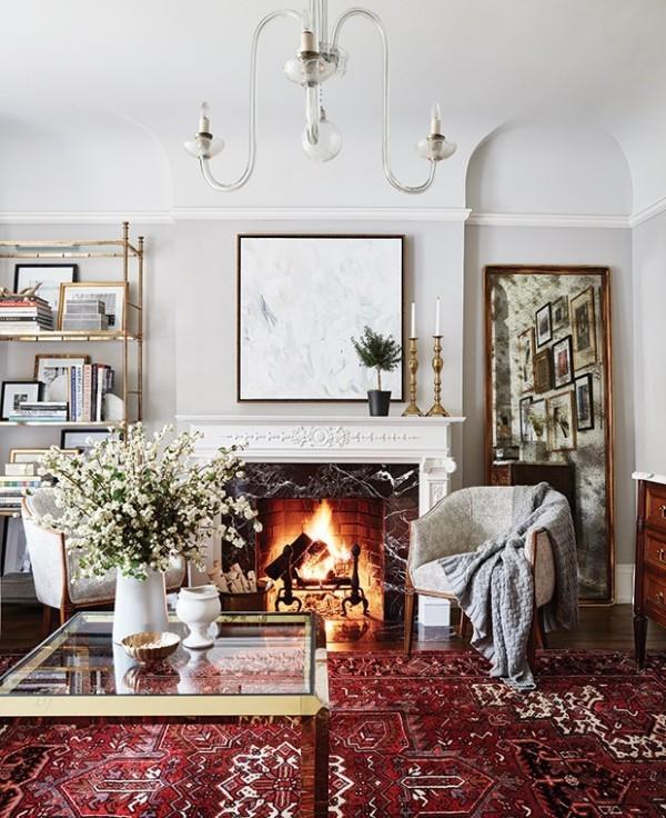 Weißes Interieur mit rotem Teppich und Vase mit frischen Blumen
